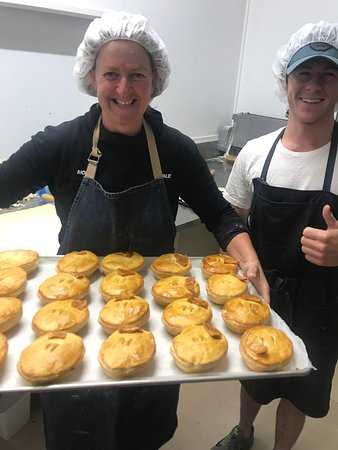 Glentunnel, New Zealand: Our pie bakers smiling at 3am in the morning!!!  Making pies with love