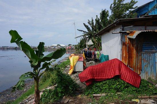 Jakarta Spezialreisen: Living conditions next to the dam.