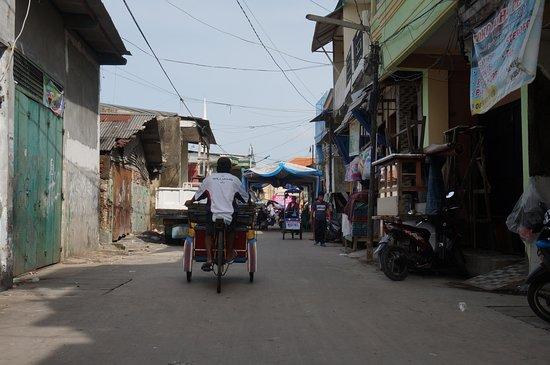 Jakarta Spezialreisen: Using local transportation through the city.