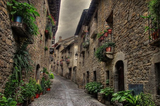 Ainsa-Sobrarbe, Spain: Ainsa, is a small and picturesque town located in the province of Aragon, where you can enjoy tours of ancient medieval buildings along with restaurants and cafes.