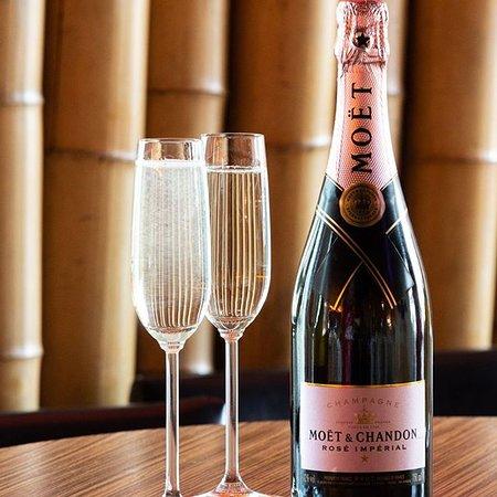 Bei uns bekommt ihr nur das beste vom Besten! Ein edler Tropfen Champagner, perfekt für einen romantischen Abend zu zweit!