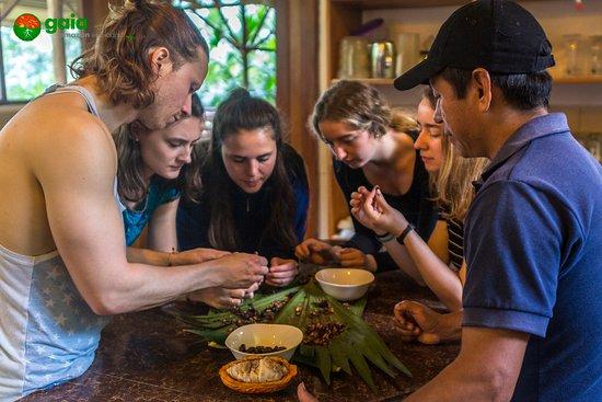 Ahuano, Эквадор: Preparando chocolate artesanal con los estudiantes y amigos.