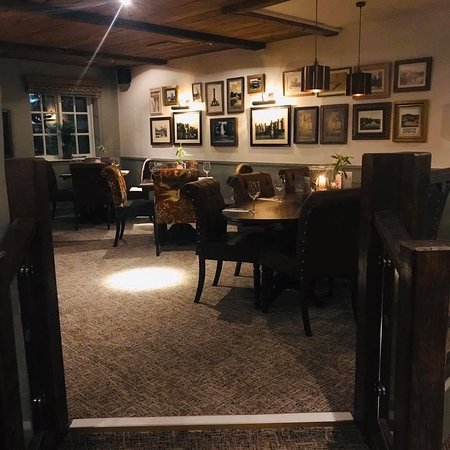 Hollingbourne, UK: Evening lighting in the main restaurant area of the business
