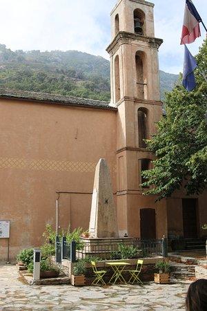 Valle-di-Campoloro, France: Possibilité de s'asseoir sur une chaise à côté du monument aux morts