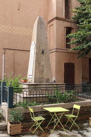 Valle-di-Campoloro, Франция: Possibilité de s'asseoir sur une chaise à côté du monument aux morts On peut y déjeuner !!!