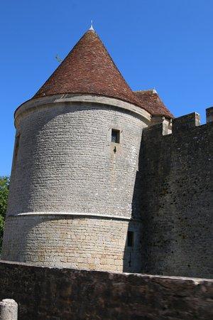 Pas très loin de sombernon, le château