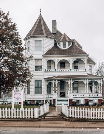 Fairfield, IL: Street view of the Victorian on Main