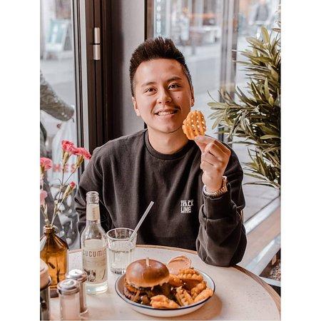 """""""@tai.11: My Face when I get delicious food. Vielen Dank an @ottosburger für den saftigen Burger. Details:  Magic Mushroom Burger mit Waffle Fries und Cucumis Gurkenlimo"""""""