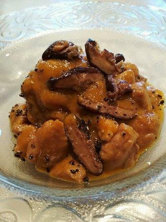 La Felguera, España: Mollejas de lechazo en salsa de curry suave, shitake laqueado y sésamo cantonés.