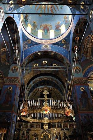 Kremenets, אוקראינה: Interno di una chiesa nel monastero di Pochaiv - Ucraina. Cliccare sulla foto per vederla come scattata.