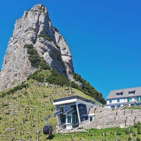 Werdenberg, Suiza: Die Bergbahn Staubern welches das Berggasthaus mit dem Nussdorf Frümsen verbindet ist die erste Bergbahn weltweit welche unabhängig vom Netz betrieben werden kann.Der Strom wird mit einer Solaranlage und Akkus generiert.