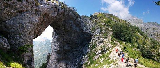 Fornovolasco, Италия: Il Monte Forato, splendida vetta facente parte del gruppo delle Panie. Uno degli itinerari più belli della nostra regione.  Che spettacolo!