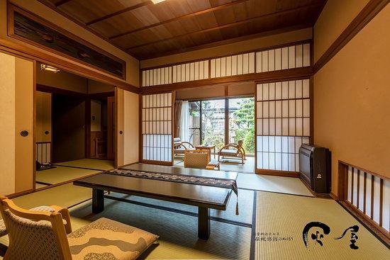 露天風呂付離れ客室松風庵の1部屋 コンパクトにまとまったお部屋は、より一層のくつろぎを与えてくれます。 伝統旅館のぬくもり 灰屋