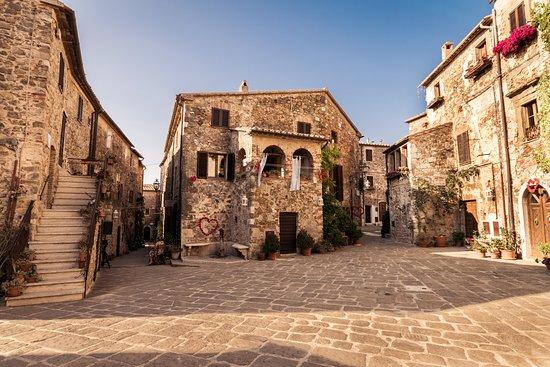 Montemerano, إيطاليا: Immerso nella bellissima Maremma Toscana, c'è un piccolo borgo acclamato tra i più belli d'Italia. Si tratta di Montemerano, uno scrigno di storia e arte ✨💎