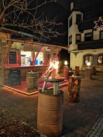 Ellmauer Hütte im Gastgarten - hausgemachter weißer Glühwein, Punsch, Würstl, Leberkäse und vieles mehr