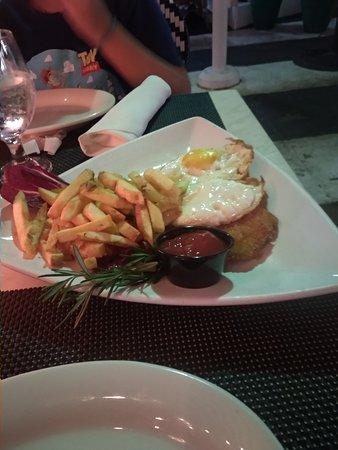 milanesa con fritas y huevo frito