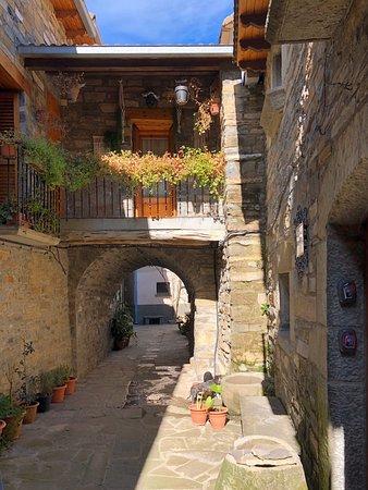 El Pueyo de Araguas, Испания: Vistas del pueblo y panorámica del Pirineo Aragonés.