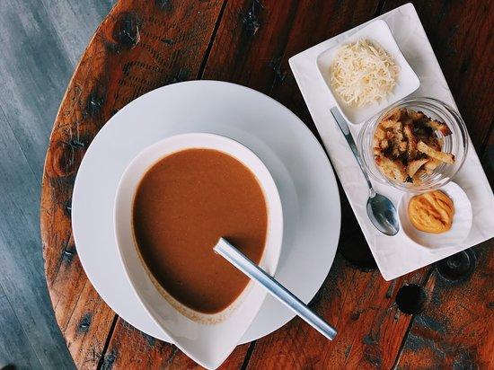 soupe de poissons avec rouille, croutons maison et fromage rapé