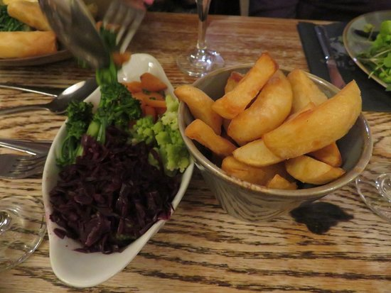 Kilve, UK: Vegetables to accompany the halibut plus an extra portion of fabulous chips