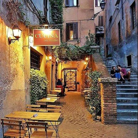 Il vicolo di San Simone uno dei luoghi più fotografati di Roma.  Alley of San Simone, one of the most photographed places in Rome.