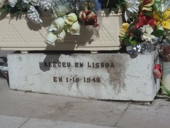 Estatua de Padre Cruz