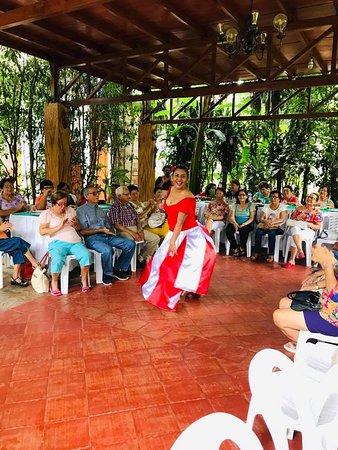 Регион Сан-Мартин, Перу: Baile de una de nuestras comensales.