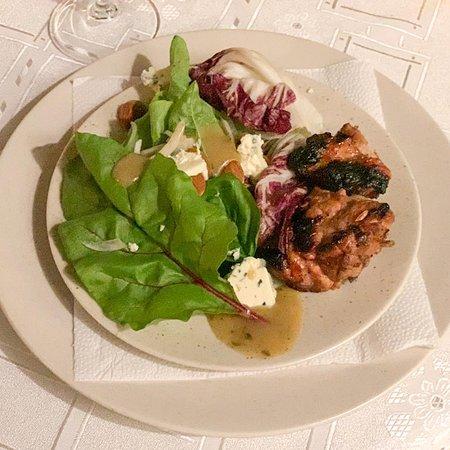 Ensalada de hojas verdes y molleja crocante