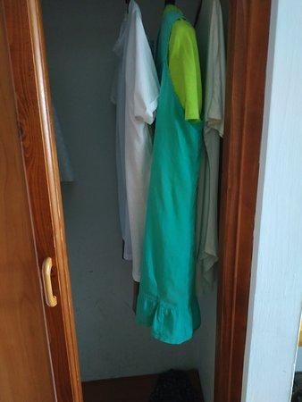 Takia szafa ubraniowa połowa drzwi