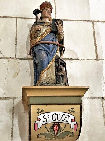 Autreche, France: Inscrite par les M.H. en 1926, cette église Saint-Martin, fut construite au début du 11ème siècle, ce qui est attesté par les contreforts ronds. Une église millénaire en superbe état, la restauration du 16ème a apporté quelques décors, la tribune plus récente est fort belle. A l'origine entourée de douves, elle était aussi la seule construction en pierres dans laquelle on pouvait se réfugier.