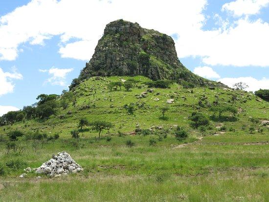 Isandlwana, Afrique du Sud: the backdrop and main battle site...