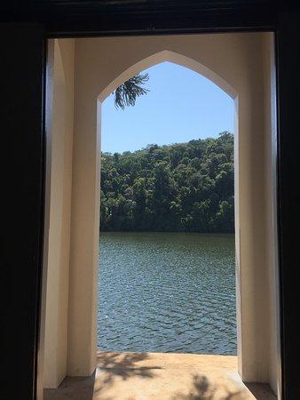 Vista de dentro da Igrejinha em frente ao lago de Aratiba - bucólico é lindo