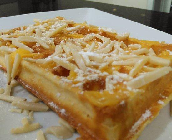 Paraiso da Gula: Waffle Anjo Papudo, com Doce de ovo, açúcar  e amêndoa laminada