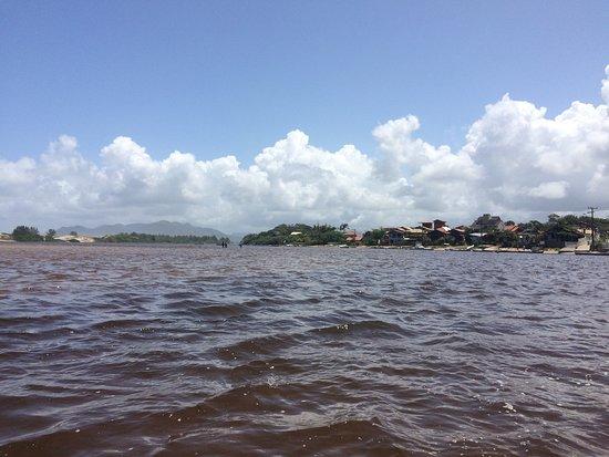 Pinheira: Acesso via embarcação à orla da praia da Guarda do Embau, SC.