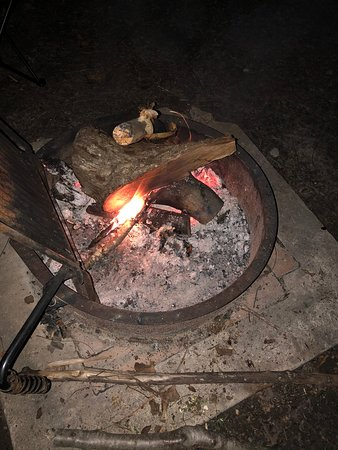 Creswell, Karolina Północna: Fire ring with cooking grate at each camp site.