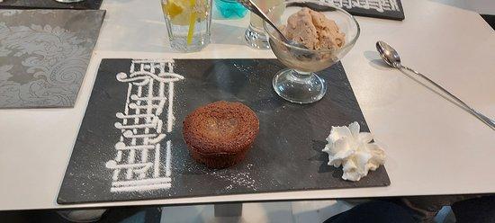Alger Centre, Алжир: Fondant au chocolat , sa boule de glace , chantilly et décort de la partition en sucre fin un petit chef- d'oeuvre
