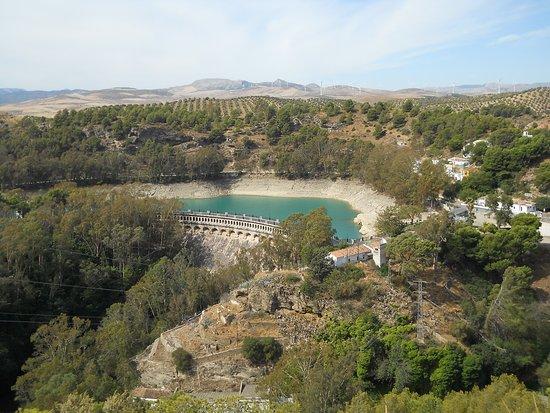 """Provincia de Málaga, España: Это та самая плотина Конде дель Гвадалорсе, на строительство которой ходили по """"Королевской тропе"""" строители."""