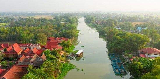 Bang Pla Ma, Таиланд: เป็นชุมชนเก่าแก่ริมน้ำท่าจีน ตลอดสองฝั่งลำน้ำเรียงรายไปด้วยบ้านทรงไทยโบราณ และวัดเก่าแก่ที่มีประวัติยาวนาน ภาพวิถีชีวิตดั้งเดิมเมื่อเกือบร้อยปี ยังมีให้ได้สัมผัส เหมือนย้อนเวลากลับไปอีกครั้ง นอกจากภาพวิถีที่งดงาม ยังมีของดีที่ต้องบอกต่อ เรื่องความอร่อยของอาหารย่านนี้ โดยเฉพาะขนมไทยโบราณ ที่รสชาติดีและสีสันสวยงาม แถมชุมชนยังบอกสูตรการทำขนมต่างๆ ให้ผู้เยี่ยมชมได้เรียนรู้และสนุกสนานกับการได้ทำขนมด้วยตนเองอีกด้วย