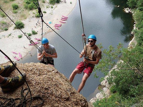 Ucel, France: La descente en rappel de la fin de la Via-corda au dessus de la rivière. Toujours un moment fort !
