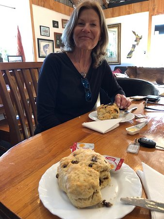 Athol, Nueva Zelanda: My travel friend with her scone