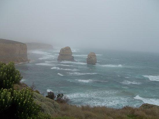 Великая океанская дорога, Австралия: Great Ocean Road e os Doze Apóstolos sob chuva fina, mesmo assim, vale a pena.