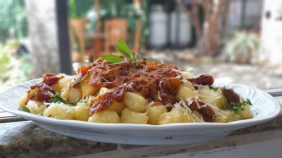 Paraguacu Paulista: Nhoque de Mandioca com ragú de carne e tomates secos