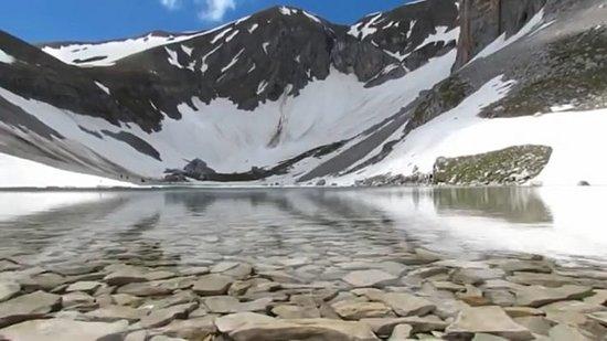 Incastonato sul Monte Vettore nel Parco Nazionale dei Monti Sibillini a 1941 metri di altezza. Foto Sibilliniweb
