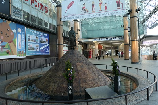 Gyoki Statue with a Fountain: 近鉄奈良駅東改札出てすぐの場所にある噴水です。