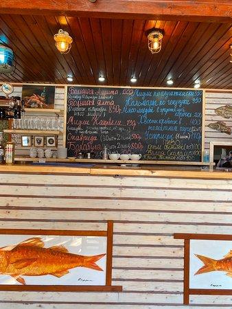 Крайне простое и в тоже время супер классное место. Пиво и рыбы - что ещё нужно!? Ничего.  Персонал общительный Чисто и уютно Цены не высокие!  Вкусно!  Порции хорошие. Рыба свежая. Ещё вчера плавала.