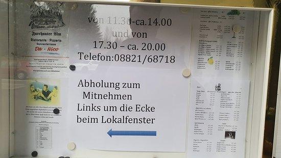 Farchant, Nemecko: Ausgabe am Fenster um die Ecke.