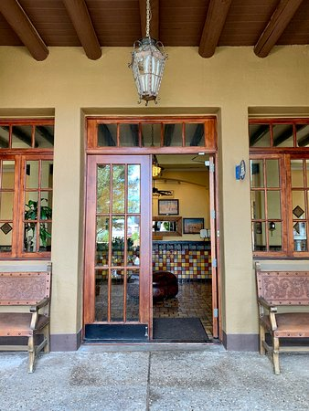 Van Horn, Teksas: Grand entrance with beautiful doors.