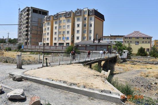 Istaravshan, Tadjiquistão: pedestrian bridge from Prospekt Ismoila Somoni leading east to park pobedy