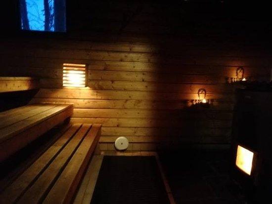 Kivijärvi, Finlandia: Salamajärven kansallispuisto,Koirasalmen luontotuvan perinteisessä rantasaunassa nautit pehmeistä löylyistä nauttien elävästä tulesta.