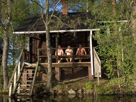 Kivijärvi, Finlandia: Salamajärven kansallispuisto,Koirasalmen rantasaunan terassila voit vilvoitella ta pulahtaa Pieneen Koirajärveen uimaan
