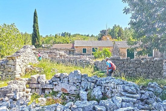 Escursione alla Defora - villaggi di pietra dimenticati di Vela Luka